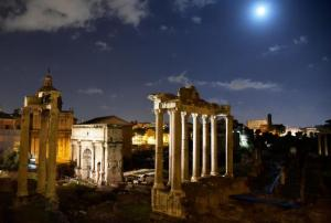 458501262-picture-shows-the-roman-forum-at-night-with-the-moon.jpg.CROP.promovar-mediumlarge